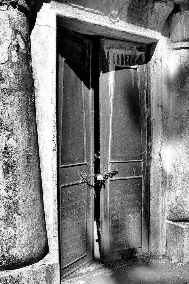 tomb_doors_grave
